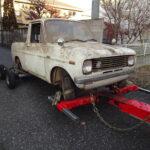 レッカー車と廃車マツダのポーター